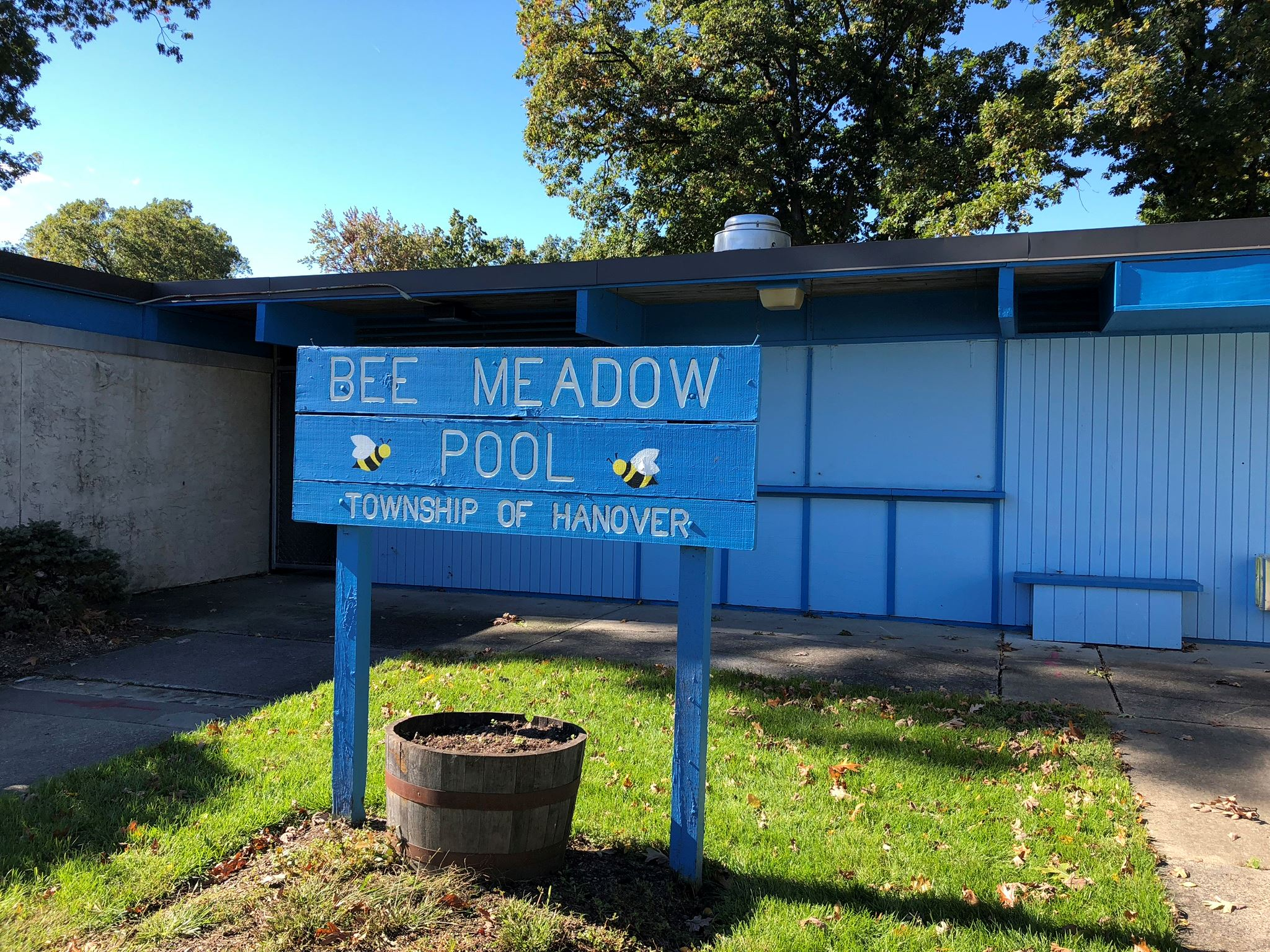 Bee Meadow Pool Sign